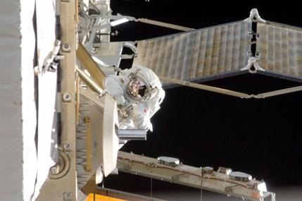 船外活動中の星出宇宙飛行士